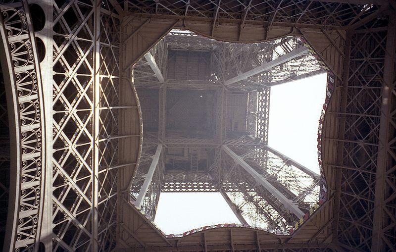 Torre EIFFEL vista desde inferior
